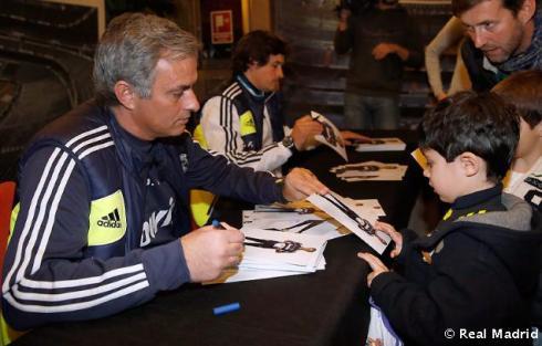 Mourinho_y_Rui_Faria_firmaron_autýgrafos_a_los_aficionados_vallisoletanos (1)