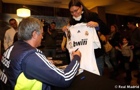 Mourinho_y_Rui_Faria_firmaron_autýgrafos_a_los_aficionados_vallisoletanos (2)