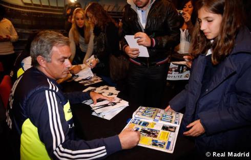 Mourinho_y_Rui_Faria_firmaron_autýgrafos_a_los_aficionados_vallisoletanos (3)