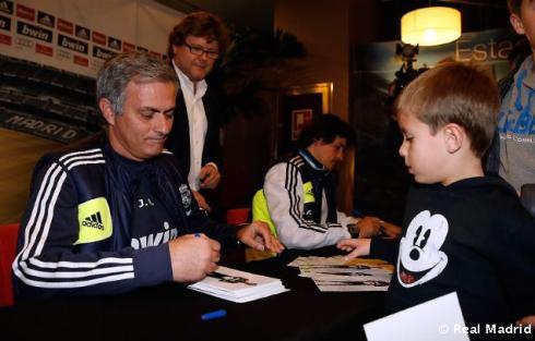 Mourinho_y_Rui_Faria_firmaron_autýgrafos_a_los_aficionados_vallisoletanos (5)
