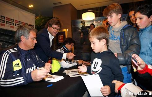 Mourinho_y_Rui_Faria_firmaron_autýgrafos_a_los_aficionados_vallisoletanos (6)