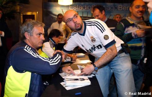 Mourinho_y_Rui_Faria_firmaron_autýgrafos_a_los_aficionados_vallisoletanos (9)