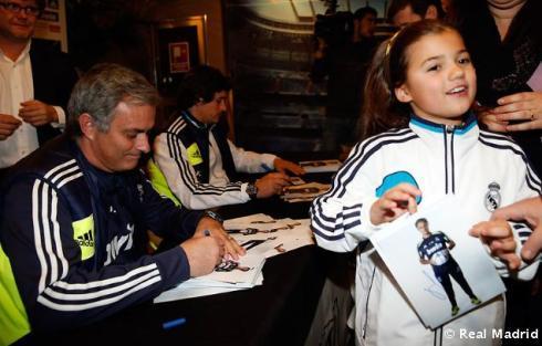 Mourinho_y_Rui_Faria_firmaron_autýgrafos_a_los_aficionados_vallisoletanos