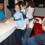 Benzema_y_Varane_firmaron_autýgrafos_en_Bilbao (2)