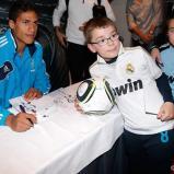 Benzema_y_Varane_firmaron_autýgrafos_en_Bilbao (9)