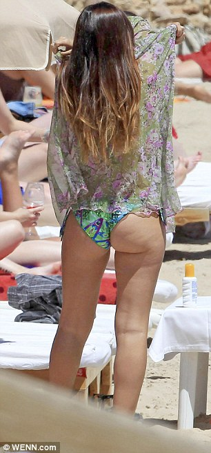 And she's giving Pipa a run for his money with that fine bootay!