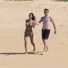 Iker & Sara on the beach. He's so pale!