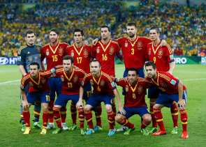 Spain's players line up for a team photo before their Confederations Cup final soccer match against Brazil at the Estadio Maracana in Rio de Janeiro