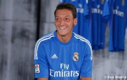 Presentaciýn_de_la_segunda_equipaciýn_del_Real_Madrid_2013-14 (5)