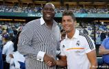 Cristiano_Ronaldo_hace_el_saque_de_honor_con_los_Dodgers (1)