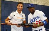 Cristiano_Ronaldo_hace_el_saque_de_honor_con_los_Dodgers (4)