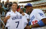 Cristiano_Ronaldo_hace_el_saque_de_honor_con_los_Dodgers (6)