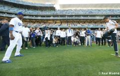 Cristiano_Ronaldo_hace_el_saque_de_honor_con_los_Dodgers (8)
