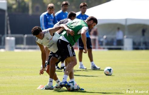 How Pepe is not taking a chomp outta Xabi's fine ass is a mystery