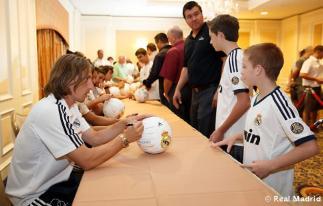 Los_jugadores_del_Real_Madrid_firmaron_autýgrafos_en_su_llegada_a_Phoenix (1)