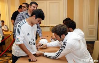 Los_jugadores_del_Real_Madrid_firmaron_autýgrafos_en_su_llegada_a_Phoenix (6)
