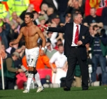 cristiano-ronaldo-592-shirtless-and-all-buffed-up-in-manchester-united-being-protected-by-sir-alex-ferguson