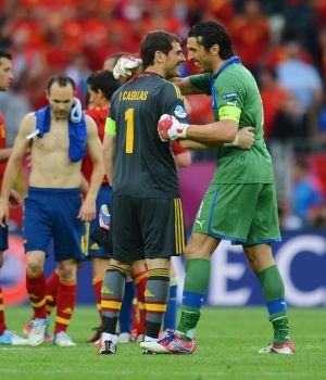 iker-casillas-y-gianluigi-buffon-300x350