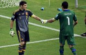 Italy's goalkeeper Gianluigi Buffon fist bumps Spain's goalkeeper Iker Casillas before letting in the winning goal during the penalty shootout of their Confederations Cup semi-final soccer match at the Estadio Castelao in Fortaleza