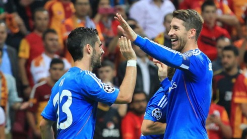 Real Madrid's Isco (L) is congratulated