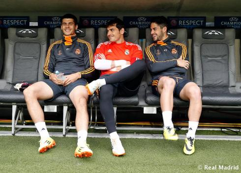 I'm dying from the cuteness of this. Iker looks like he's chaperoning.