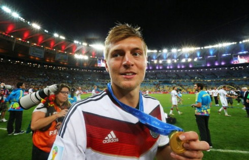 toni-kroos-holding-his-world-cup-medal