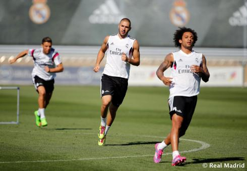 Don't look behind you, Karim! Cris is coming up fast.