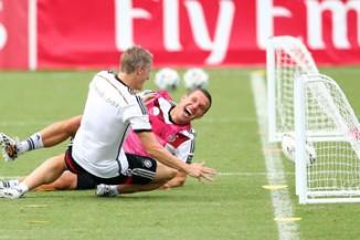 Bastian+Schweinsteiger+Lukas+Podolski+MELSAZtEt0cm