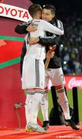 Cris and Sergio hugging with awards