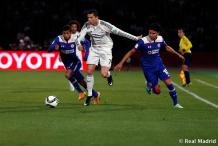 Cris pushes his defenders off