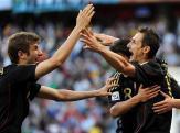Fussball-Miroslav-Klose-R-freut-sich-mit-Mesut-OEzil-und-Thomas-Mueller-ueber-einen-Treffer-gegen-Argentinien