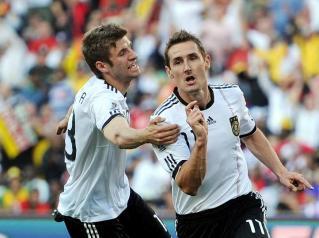 Fussball-Miroslav-Klose-r-und-Thomas-Mueller-schiessen-Deutschland-ins-Viertelfinale