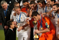 Iker kisses the trophy in front of the prince