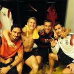 lukas-podolski-mit-mats-hummels-bastian-schweinsteiger-und-miroslav-klose-nach-dem-sieg-im-halbfinale-in-brasilien-instagram