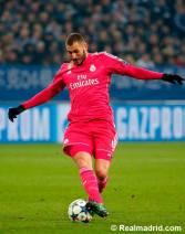 Benzema controls the ball