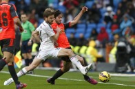 Illara and Granero challenge for the ball