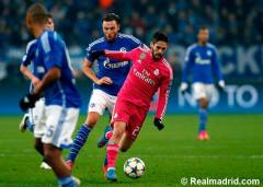Isco controls the ball