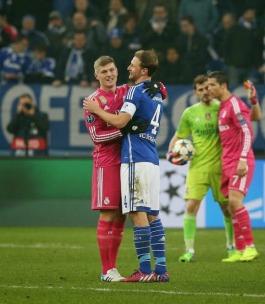 Kroos hugs Howedes