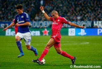 Pepe controls the ball