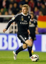 Kroos looks for a pass