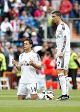 Chicharito prays before the match