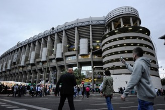 MADRID, SPAIN - SEPTEMBER 15: Fans arrive for the UEFA Champions League Group A match between Real Madrid and Shakhtar Donetsk at estadio Santiago Bernabeu on September 15, 2015 in Madrid, Spain. (Photo by Denis Doyle/Getty Images)