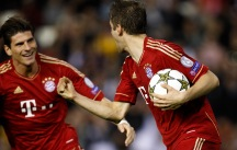 Bayern Munich's Thomas Muller, right, is congratulated by teammate Mario Gomez, left, after Muller scoring a goal against Valencia during their Champions League Group F soccer match at the Mestalla stadium in Valencia, Spain, Tuesday, Nov. 20, 2012. (Foto:Alberto Saiz/AP/dapd)