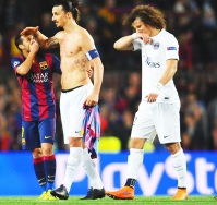 BARCELONA, SPAIN - APRIL 21: A victorious Pedro of Barcelona embraces Zlatan Ibrahimovic of PSG as David Luiz of PSG looks dejected during the UEFA Champions League Quarter Final second leg match between FC Barcelona and Paris Saint-Germain at Camp Nou on April 21, 2015 in Barcelona, Spain. (Photo by David Ramos/Getty Images)