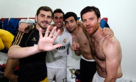 cristiano-ronaldo-496-iker-casillas-arbeloa-albiol-and-a-shirtless-xabi-alonso-in-real-madrid-changing-room