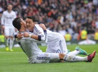 Cristiano+Ronaldo+Mesut+Ozil+Real+Madrid+CF+vQbgFEWe1Bpl