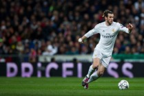 MADRID, SPAIN - MARCH 08: Gareth Bale of Real Madrid CF controls the ball during the UEFA Champions League Round of 16 Second Leg match between Real Madrid CF and AS Roma at Estadio Santiago Bernabeu on March 8, 2016 in Madrid, Spain. (Photo by Gonzalo Arroyo Moreno/Getty Images)