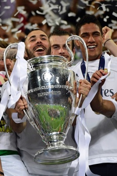 Real Madrid's French forward Karim Benzema lifts the trophy after Real Madrid won the UEFA Champions League final football match between Real Madrid and Atletico Madrid at San Siro Stadium in Milan, on May 28, 2016. / AFP / PIERRE-PHILIPPE MARCOU (Photo credit should read PIERRE-PHILIPPE MARCOU/AFP/Getty Images)