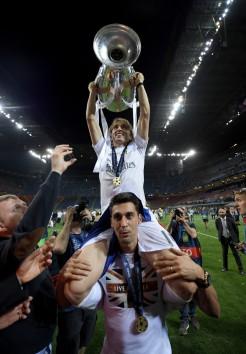 Modric on Arbeloa's shoulders