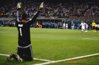 Navas prays